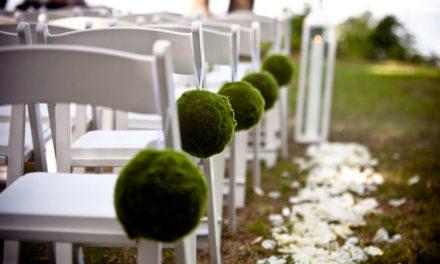 Des chaises pliantes pour l'organisation d'un mariage en extérieur